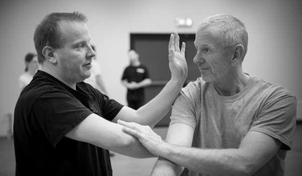 Harry neemt een beweging door met instructeur Remko